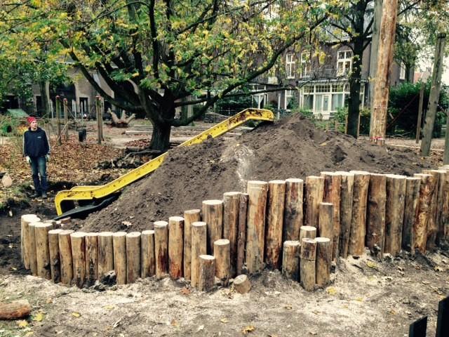 Amelie_palissade palen geplaatst voor glijbaanheuvel